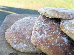 Romero, ajo, harina, levadura y yogurt amasado en una masa de pan, en forma …   – Tasty inspiratons and invitations