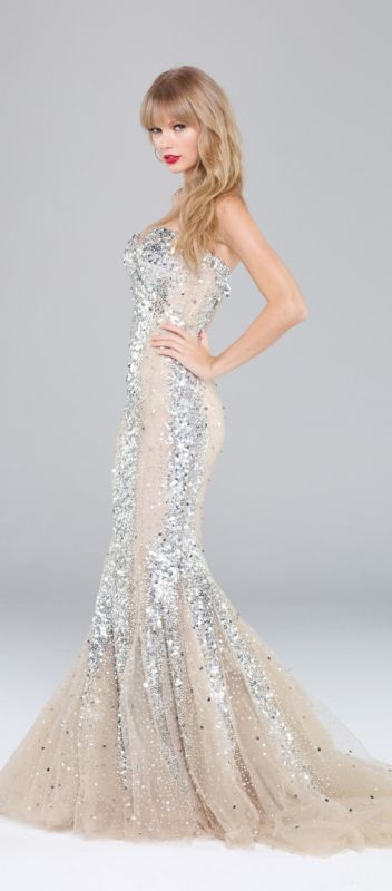 Taylor Swift ♥ LOVE this dress!  She looks SO awesome!
