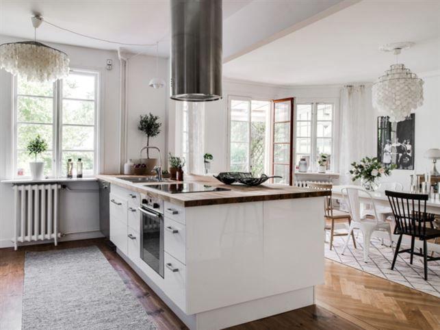 Köket är inrett med öppen planlösning och köksö samt gott om modern förvaring.