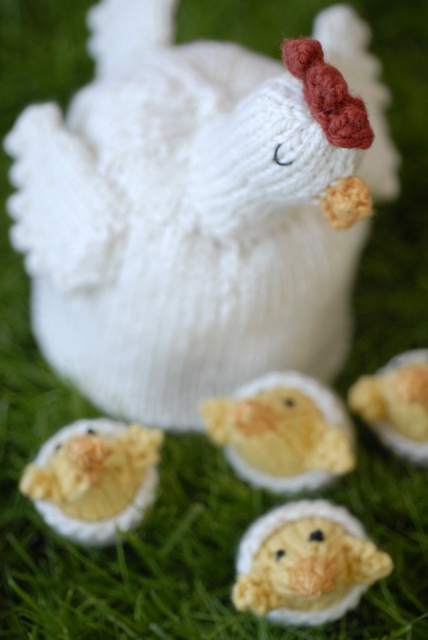 so cute!!! The baby #chicks all hide under the mama #hen #knitting