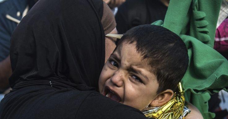 20151001 - Criança refugiada afegã chora nos braços da mãe durante sua chegada à ilha de Lesbos, na Grécia. Ele e a família vieram a bordo de bote inflável. Cerca de 100 mil refugiados já chegaram na ilha grega desde agosto, segundo a Guarda Costeira do país. PICTURE: Filip Singer/EFE