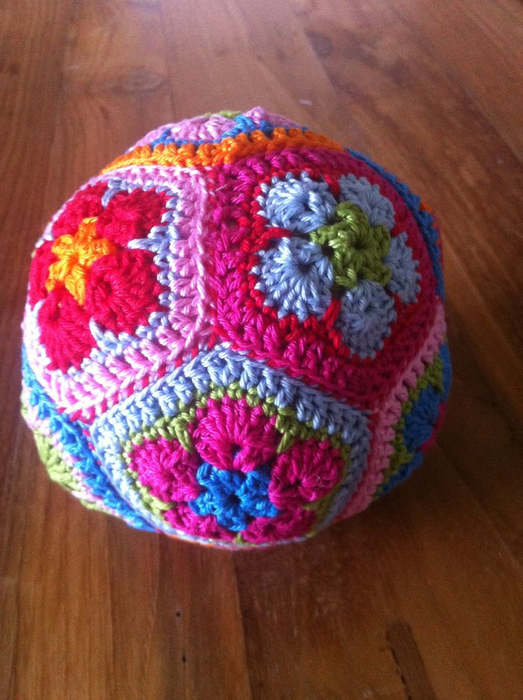 Gehaakte bal van 12 vijfhoeken gebaseerd op de Afrikaanse bloem