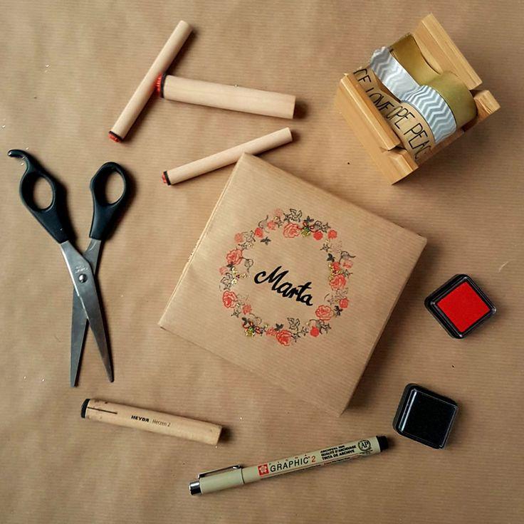 kreatywne pakowanie prezentów [creative gifts wrapping - stamp wreath]