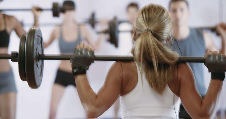Como fazer o overhead press. O overhead press é um exercício de força que utiliza o peso de uma barra. Ele é feito para fortalecer os ombros, tríceps, a parte superior do tórax e a parte superior das costas. Com o tempo, este exercício de fortalecimento vai te ajudar a levantar uma grande quantidade de peso sobre sua cabeça. Como todos os exercícios de fortalecimento, é ...