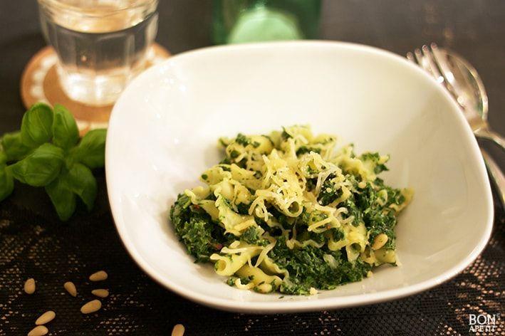 Als je weinig tijd hebt en de maand is te lang voor je budget, maak dan eens deze simpele pasta met spinazie en kruidenkaas van BonApetit!