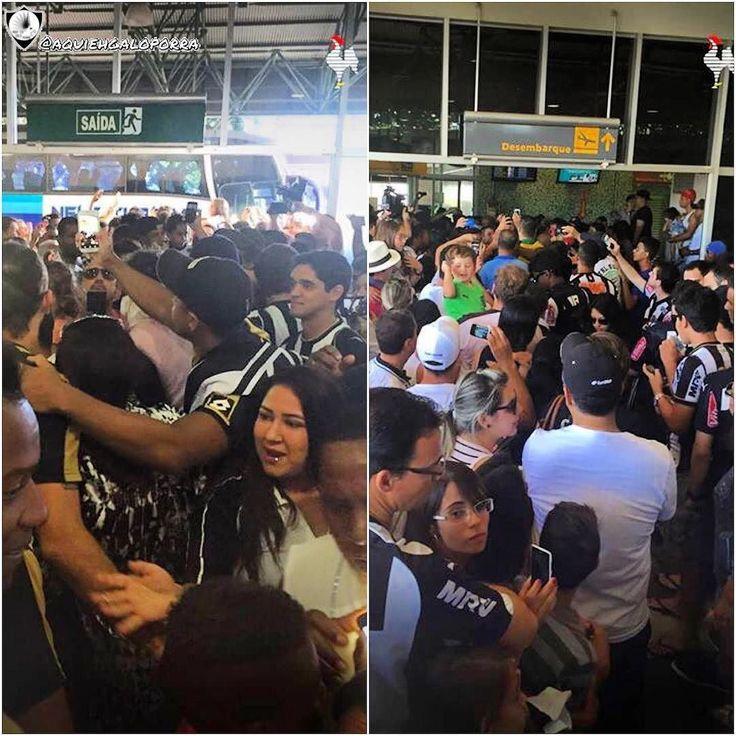 Torcida do Galo de Uberlândia recebe o time no aeroporto. O jogo será hoje às 19:30. #MaiorDeMinas sim ou claro?   Sigam: @galokids  @tardellibr  @galo_cam_  @atleticanaoficial  @galodoidooficial13 by aquiehgaloporra