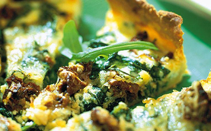 God vegetarisk paj med soltorkade tomater och ruccola