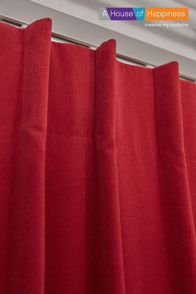 Kies de juiste plooi bij de juiste stof. Kies bijvoorbeeld voor gevoerde veloursgordijnen een enkele plooi op een hoog band van 12 cm voor een stijlvol effect. #gordijnen #curtains #Gardinen #Vorhänge #Rood #Red