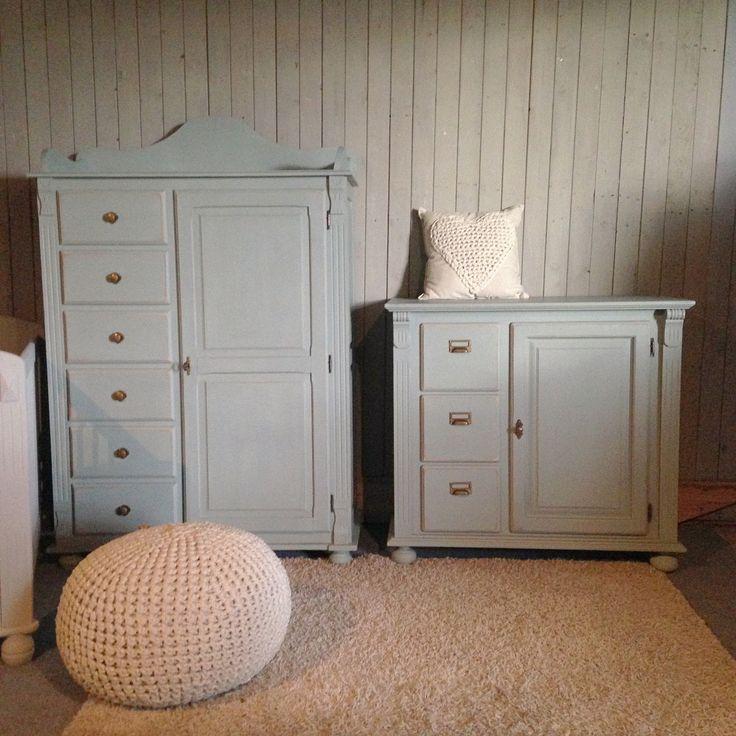 Stoere set voor de babykamer in pastelgroen met lichtgrijs ledikantje