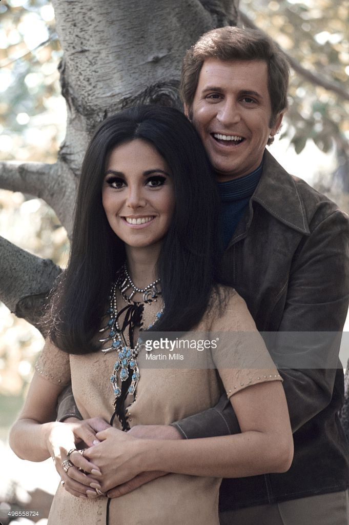 Actress Marlo Thomas and 'That Girl' co-star Ted Bessell pose for a portrait in 1970 in Los Angeles, California.