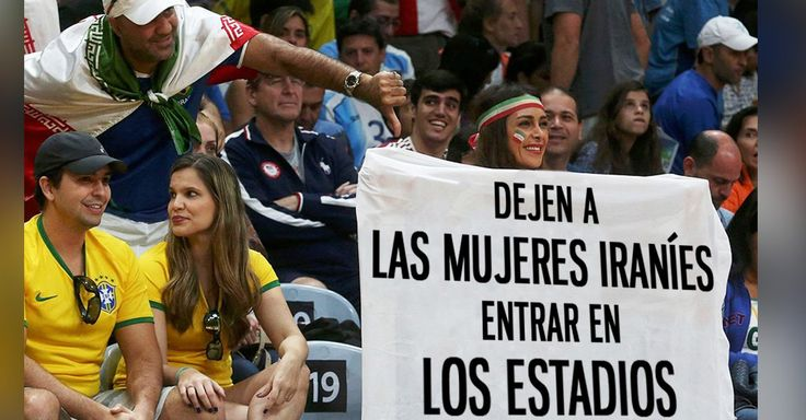 """Mujer iraní se sentó en la primera fila durante un partido de voleibol y desplegó una manta que decía """"Dejen a las mujeres iraníes entrar en los estadios"""""""