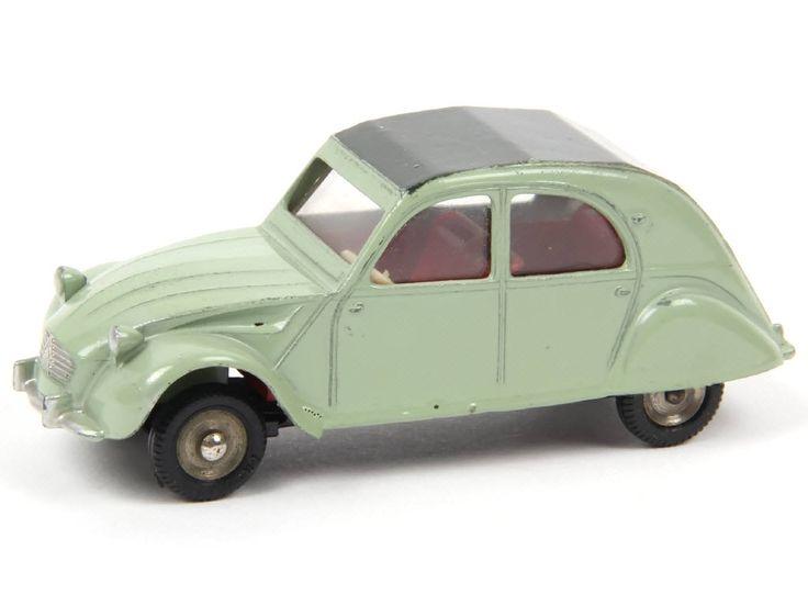 DINKY TOYS (FRANCE) Série POCH 558 CITROËN 2CV Modèle 1961 vert, capote vert foncé B.- l'absence de plaques d'immatriculation avant & arrière, les jantes en acier & les pneus PIRELLI noirs sont propres au modèle POCH - plancher anodisé - quelques petits frottements sur la carrosserie - 4 petits défauts de peinture d'origine sous le châssis  Estimation : : 1 400/1 600 €