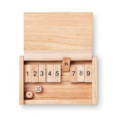 Twee natuurlijk! Met dit spel leer je nog beter rekenen en de tijd vliegt voorbij! De dobbelstenen zitten erbij. Hoe speel ik het spel? Download hier de instructie.