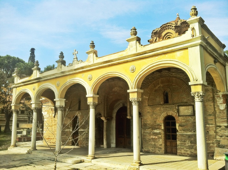 This neoclassical element was added in the early 20th century to the byzantine church of the Vlatadon Monastery in Ano Poli. (Walking Thessaloniki, Route 09 - Upper Town a)