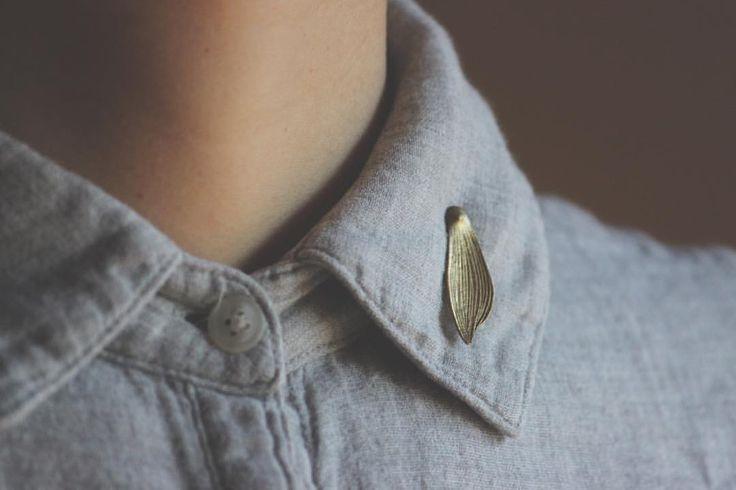 【儚月の装身具展】 襟元にそっとさりげなくある真鍮の種。 大桃沙織さんの仕事です。