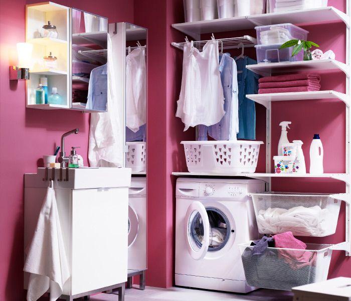Eine Seite im Bad als Waschküche, u. a. mit ALGOT Kombination aus Wandschienen/Böden/Wäschehalter in Weiß, LILLÅNGEN Abschlussregal, LILLÅNG...