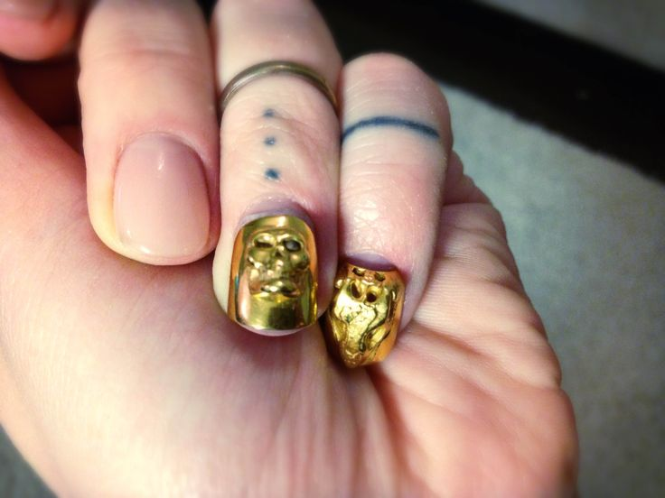 Golden nails #goldennails #skullnails #fingertattoo #naildesigns #nails