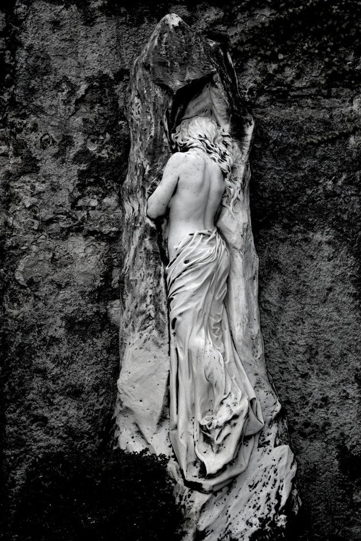 На старых европейских кладбищах встречаются такое , что непременно очарует вас и превратит в одну гигантскую мурашку... Хотя ночью все же лучше не ходить.…
