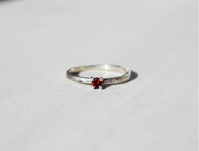 #Anillo de #plata con #Granate de diseño #minimal. Disponible en www.manosesmas.com