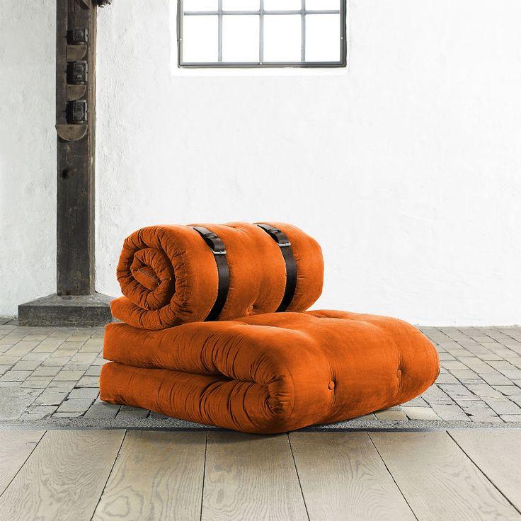 Poltrona Letto Futon BUCKLE UP CHAIR di Karup.  Srotola il supporto arrotolato sullo schienale e impila entrambi i futon per creare un lussuoso e confortevole letto. Colore poltrona Orange.
