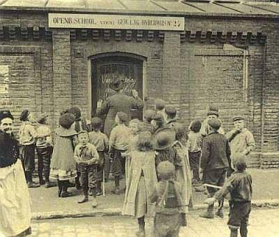 Openbare lagere scholen in Amsterdam  hadden aan het begin van de eeuw geen namen maar nummers. Deze foto, van school No. 27', werd gemaakt op 30 april 1909,  de geboortedag van prinses Juliana.  Een middagje vrij dus.