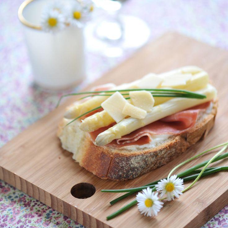 Découvrez la recette Tartines de jambon cru, asperges et fromage blanc sur cuisineactuelle.fr.
