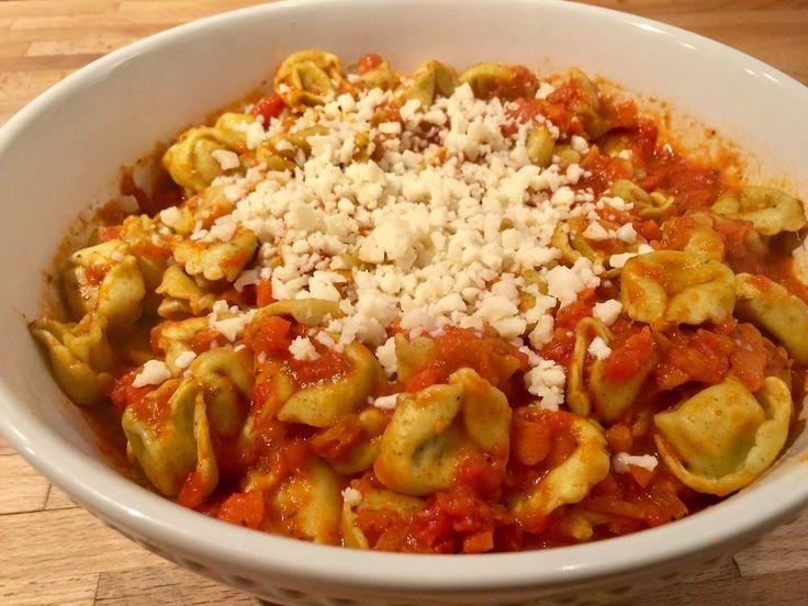 Tortellinis en sauce tomate 150 g de fromage mozzarella1 oignon4 gousses d'ail1 courgette1 poivron30 g d'huile d'olive1 c. à soupe d'assaisonnement à l'italienne1 c. à soupe de thym1 cane de 796 ml de tomates en dés1 cane de pâte