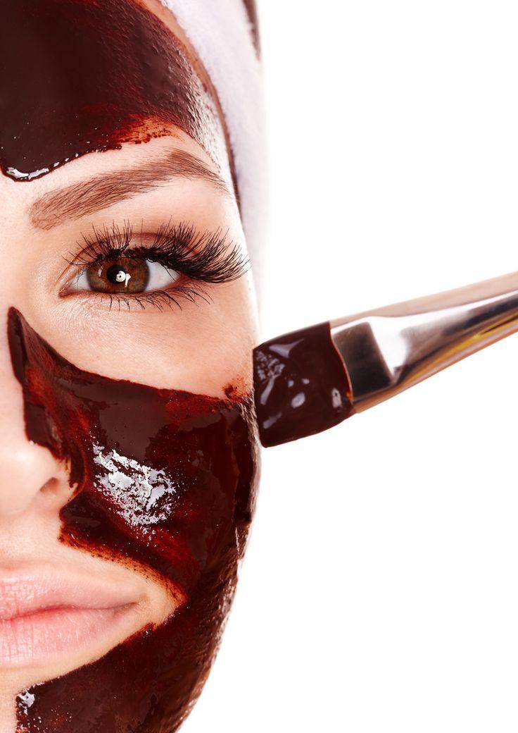 Combine partes iguales de café instantáneo y miel caliente. * Mezclar juntos y aplicar a su cara durante unos 10 a 15 minutos * Utilice un paño o toalla de papel húmeda para aflojar la máscara y enjuagar con agua tibia.