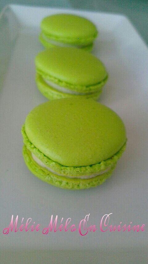 Le peps du citron , la fraîcheur de la menthe , un macaron à consommer sans modération Pour les coques : http://www.meliemeloencuisine.com/2013/12/quand-m%C3%A9lie-m%C3%A9lo-se-lance-dans-les-macarons.html Ingrédients du curd de mojitos pour 35 macarons...