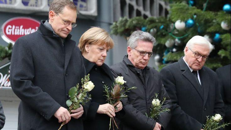 Bundeskanzlerin Angela Merkel (CDU) gedenkt am 20.12.2016 am Ort des Anschlages in Berlin der Opfer zusammen mit Bundesinnenminister Thomas de Maizière (CDU) Außenminister Frank-Walter Steinmeier (SPD (rechts)) und mit dem Regierenden Bürgermeister von Berlin, Michael Müller (SPD, links).