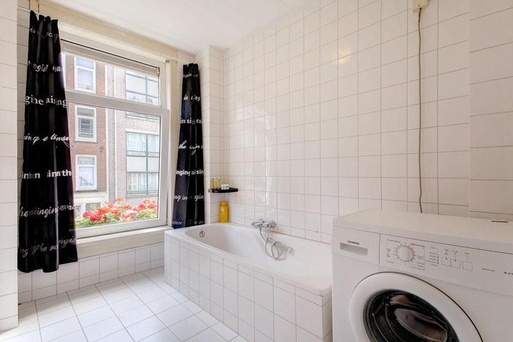 In 2003 heeft er intern een renovatie plaats gevonden waarbij o.a. elektra, leidingen, keuken, toilet vernieuwd zijn. Indeling: entree, ruime woonkeuken met luxe keukenblok voorzien van inbouwapparatuur en een natuurstenen blad.