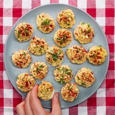 Des œufs à la diable. (Muffin Tin Deviled Eggs) (https://www.buzzfeed.com/amphtml/matthewfjohnson/love-deviled-eggs-but-hate-all-the-peeling-try-this-muffin)