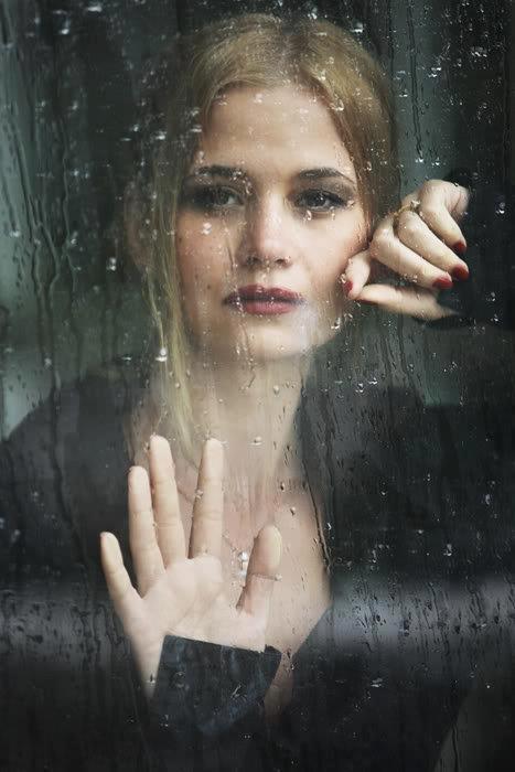 # À noite cai e o frio é insuportável, E o pior é que sem você eu não consigo ver... O meu coração mente o tempo todo pra mim, Que em breve ao amanhecer você estará aqui, Você precisa acreditar que ficar só, aumenta a minha dor; Texto: Christine Aldo -  Do poema: Vozes da Saudade