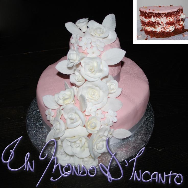 Torta Red Velvet per Giuseppina con cascata di rose e fiorellini in pasta di zucchero.