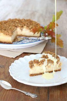 Tästä ei syysherkku parane! Rapea kauramuru kätkee alleen omenaa ja ihanan pehmeän ja mausteisen juustokakun. Kakku on parhaimmillaan...
