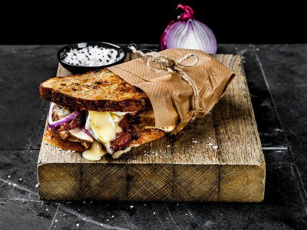 Ostesmørbrød med kylling, brie, soltørket tomat og bacon | Oppskrift | Meny.no