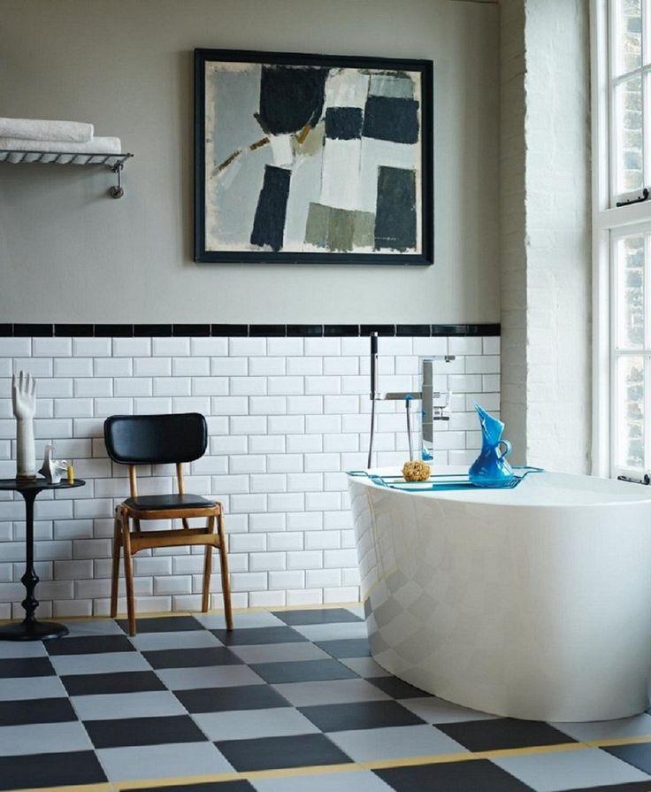 salle de bain rétro chic avec baignoire ovale, sol à damier et carrelage mural métro