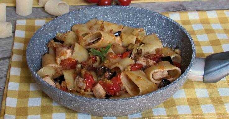 Come preparare la pasta con pesce spada e melanzane, ricetta siciliana semplice e gustosa con pomodorini, menta e mollica di pane tostato