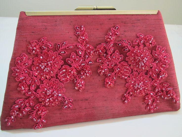 Carteira Clutch cor bordeaux. Tecido Shantung de seda com aplicação de renda bordada com miçangas. Forrada com cetim de seda. Fecho em metal na cor dourado velho..