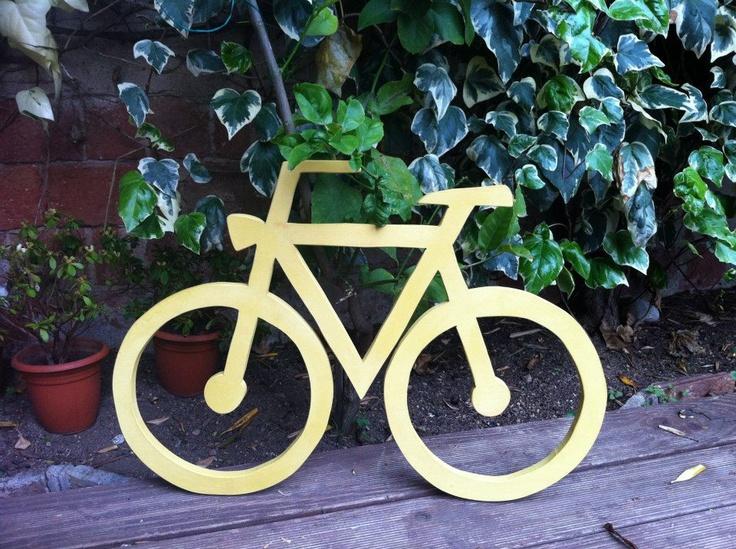 Bicicleta de madera cortada y pintada a mano. Medidas: 80x50cm.