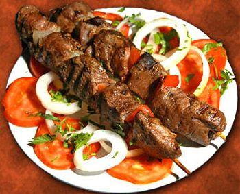 Para fazer Letícia Paim comer melhor, a nutricionista Gabriela Kapim sugere um espetinho de carne saudável