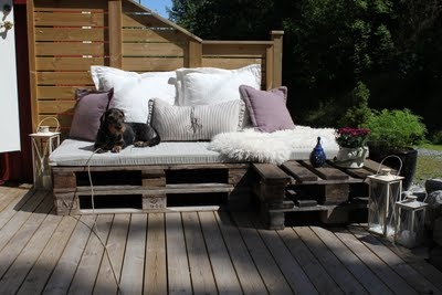 Wood pallet daybed. Would love to make something like this!