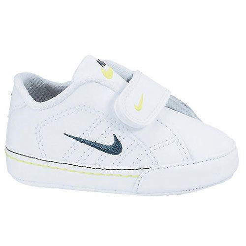 Een schoen van Nike voor kids. Deze schoen is gebaseerd op een klassieke tennisschoen van Nike. De schoen is makkelijk aan en uit te trekken door de handige klittenbandsluiting. Daarnaast heeft deze Nike schoen voor kids een optimale grip.