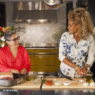 Kelis & her mom in the kitchen for the holidays...