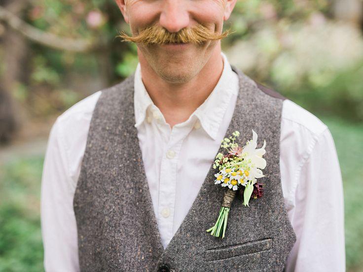 I brudgummens corsage återfinns blommor från brudbuketten och brudens blomsterkrans.