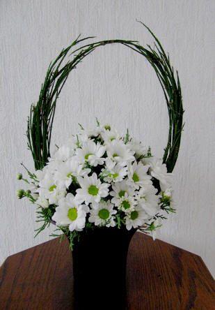 Bloemstuk met brem en chrysanten - bloemschikken najaar of hersfst met chrysanten