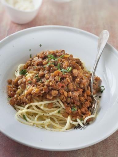 Bolognaise aux lentilles :  1 grosse boîte de tomates pelées - 1 poireau - 1 gros oignon - 1 carotte - 3 verres de lentilles - 1 verre de vin blanc - herbes de Provence - sel, poivre