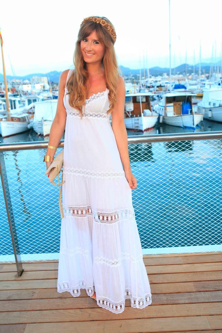 La blogger Rebeca de A trendy Lifestyle luciendo con un toque hippy el vestido ibicenco 31614