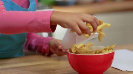 Zoete aardappelfrieten met blue-cheesedip - Recept - Allerhande - Albert Heijn