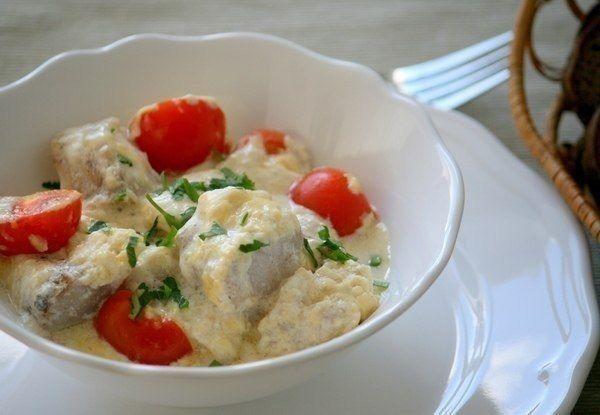 Треска, запеченная в духовке с сыром на 100грамм - 95.26 ккалБ/Ж/У - 14.74/2.98/2.3  Ингредиенты: Филе трески - 500 г Сыр нежирный - 100 г  Йогурт натуральный - 100 г Помидор - 100 г Горчица - 2 ст. л Зелень - по вкусу Соль, перец - по вкусу